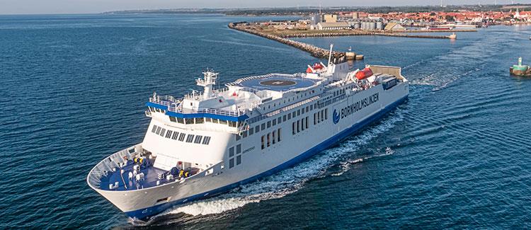 Eine moderne Autofähre, die den Hafen von Rønne auf Bornholm verlässt